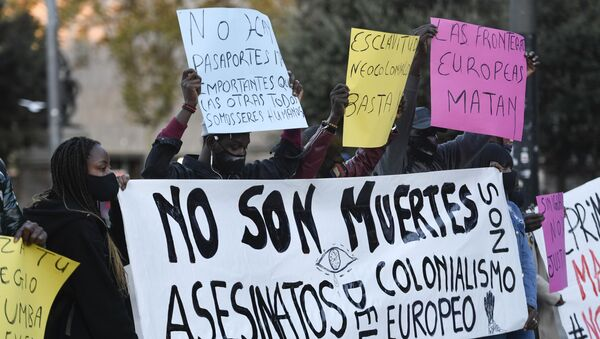 Manifestación en Barcelona por las recientes muertes de inmigrantes que intentaban llegar a las Islas Canarias. 21 de noviembre de 2020. - Sputnik Mundo