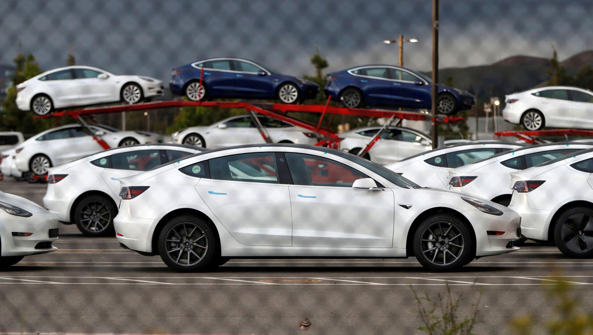 Unos vehículos de Tesla en el estacionamiento de la principal fábrica de la marca, en Fremont, California - Sputnik Mundo, 1920, 25.11.2020