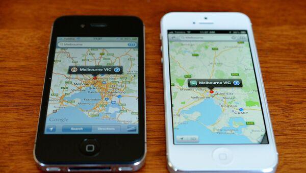 Unos teléfonos iPhone con la aplicación Google Maps - Sputnik Mundo