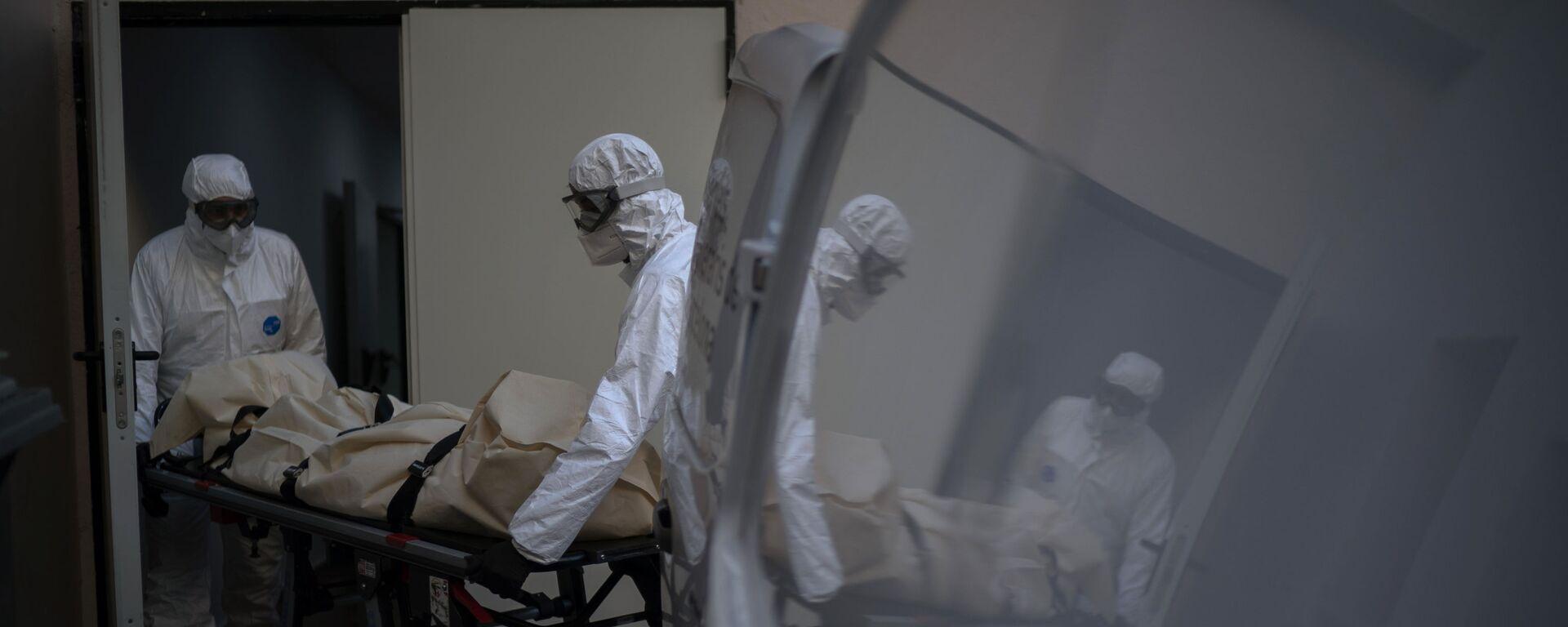Trabajadores de una morgue recogen el cuerpo de una víctima de COVID-19 de un hogar de ancianos en Barcelona, España.  - Sputnik Mundo, 1920, 26.11.2020