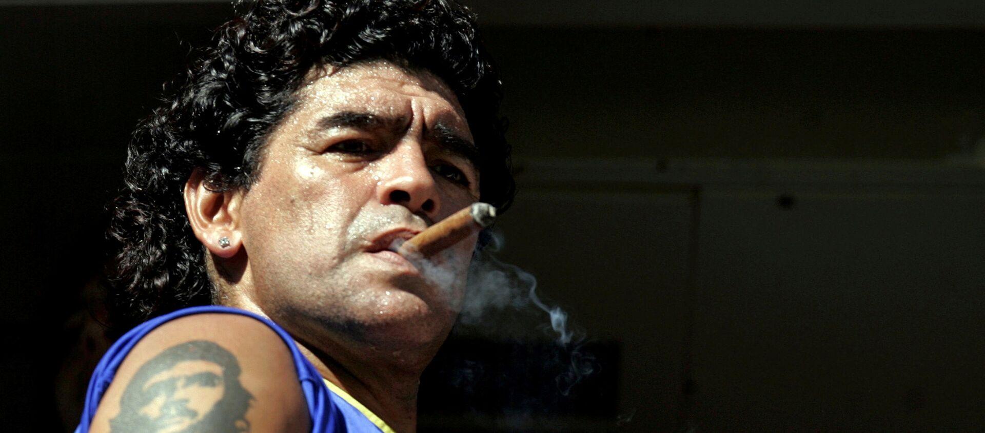 Diego Maradona fumando - Sputnik Mundo, 1920, 27.11.2020
