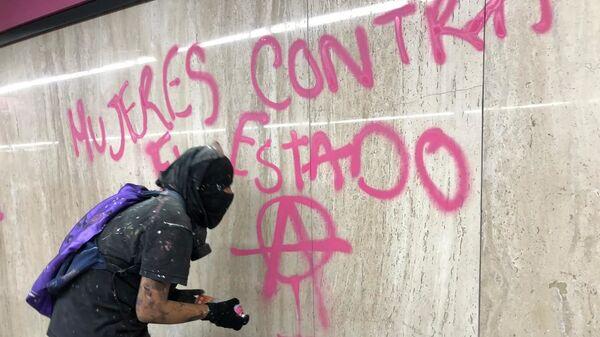 Una participante de la megamarcha feminista en la Ciudad de México, el 25 de noviembre de 2020 - Sputnik Mundo