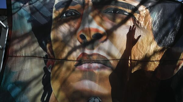 Баннер с изображением Диего Марадоны у больницы в Аргентине - Sputnik Mundo