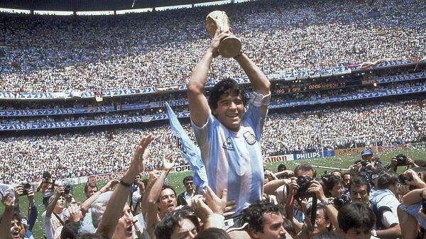 Diego Armando Maradona sostiene el trofeo de su equipo después de la victoria de Argentina por 3-2 sobre Alemania Occidental en la final de la Copa del Mundo 1986 - Sputnik Mundo