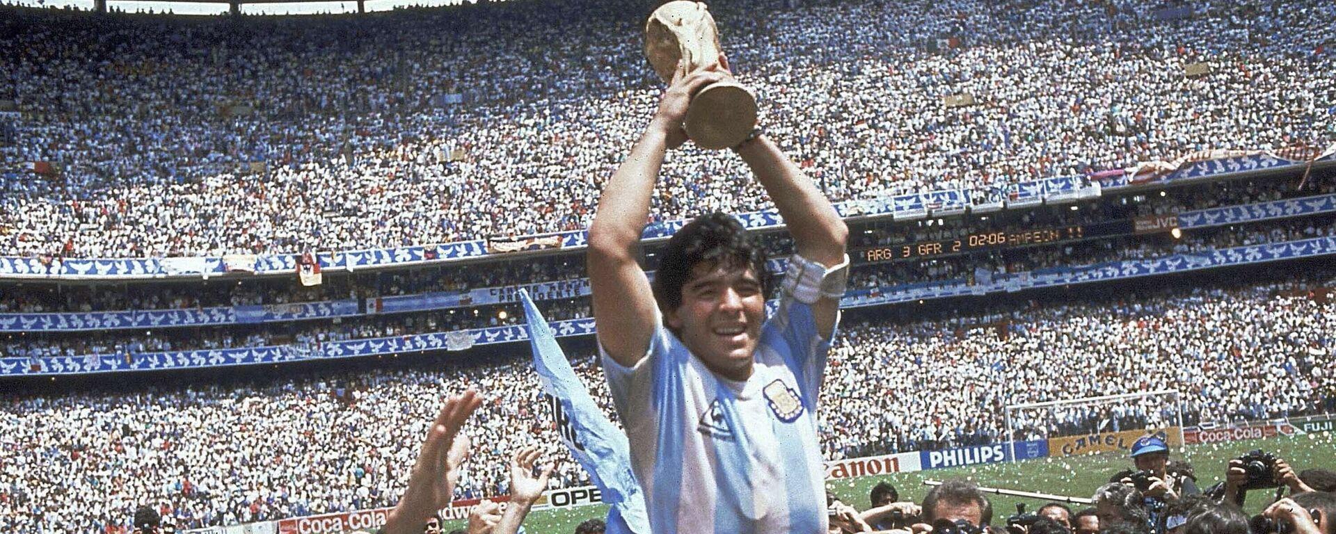 Diego Armando Maradona sostiene el trofeo de su equipo después de la victoria de Argentina por 3-2 sobre Alemania Occidental en la final de la Copa del Mundo 1986 - Sputnik Mundo, 1920, 25.03.2021