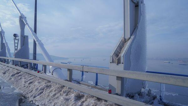 El puente congelado de Vladivostok - Sputnik Mundo