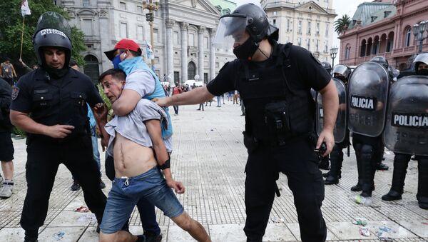 Choques con la Policía cerca de la Casa Rosada tras la muerte de Maradona - Sputnik Mundo