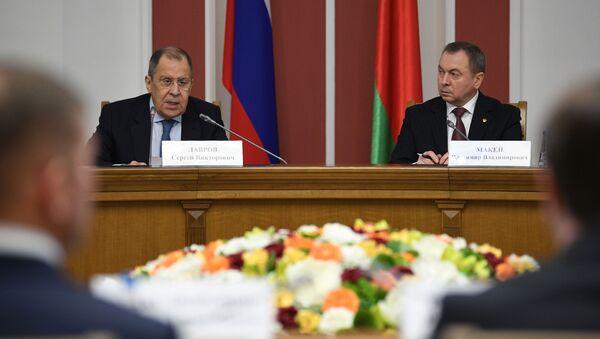 El canciller ruso, Serguéi Lavrov, con su homólogo bielorruso, Vladímir Makei - Sputnik Mundo