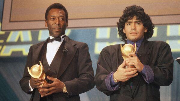 Pelé y Maradona recibiendo juntos un galardón en 1987 - Sputnik Mundo
