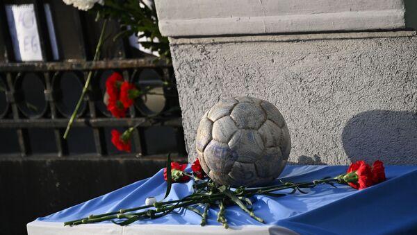 Homenaje al astro del fútbol, Diego Maradona, cerca de la Embajada argentina en Moscú, Rusia - Sputnik Mundo