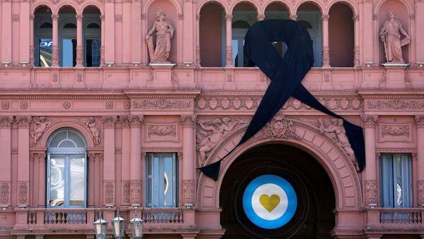 Lazo negro colgado de la Casa Rosada en el homenaje a Diego Maradona, Buenos Aires - Sputnik Mundo