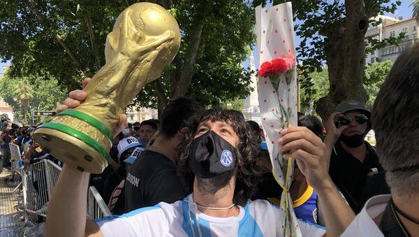 Miles de fanáticos se acercaron a demostrar su amor y honrar al héroe deportivo más adorado el país - Sputnik Mundo