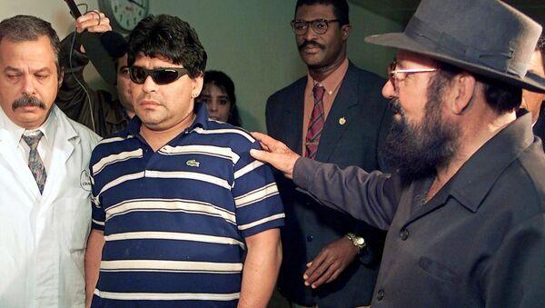 Diego Maradona llegando al Hospital Psiquiátrico de La Habana, para internarse por el consumo abusivo de drogas, en el 2000 - Sputnik Mundo