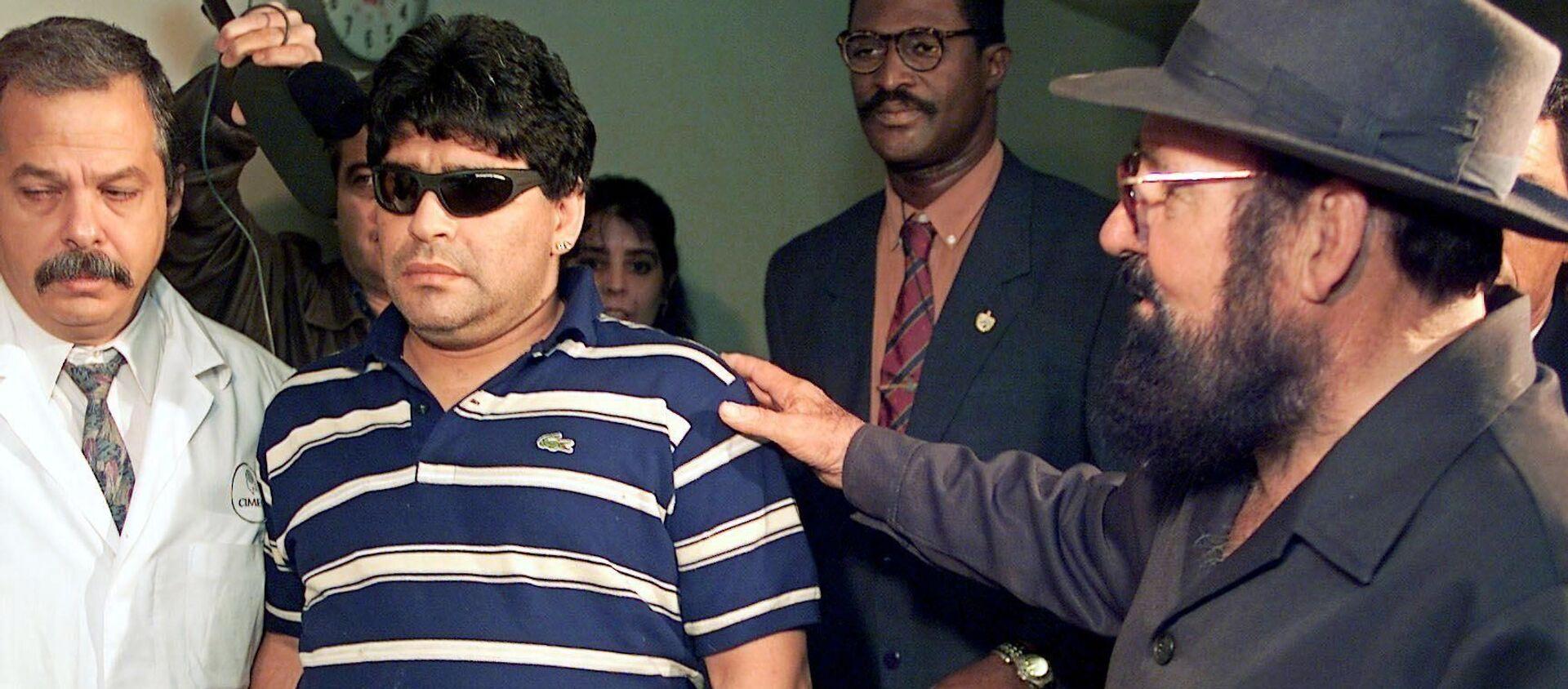 Diego Maradona llegando al Hospital Psiquiátrico de La Habana, para internarse por el consumo abusivo de drogas, en el 2000 - Sputnik Mundo, 1920, 26.11.2020