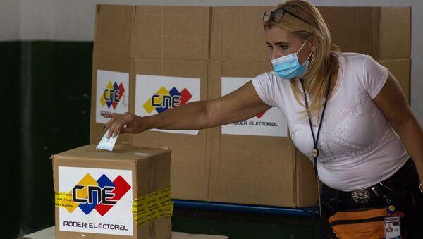 Una mujer emite su voto durante un simulacro electoral previo a las elecciones parlamentarias del 6 de diciembre.  - Sputnik Mundo
