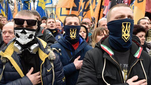 Unos manifestantes radicales durante las protestas en Kiev, Ucrania - Sputnik Mundo