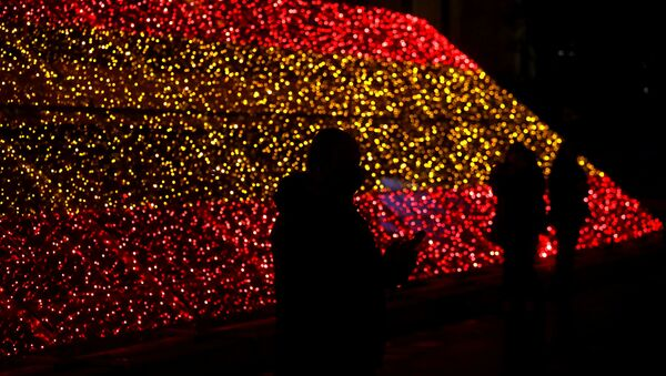 Paseantes junto a las banderas de luces de Madrid - Sputnik Mundo