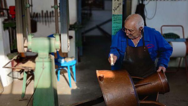 Uno de los últimos artesanos del cobre de España - Sputnik Mundo