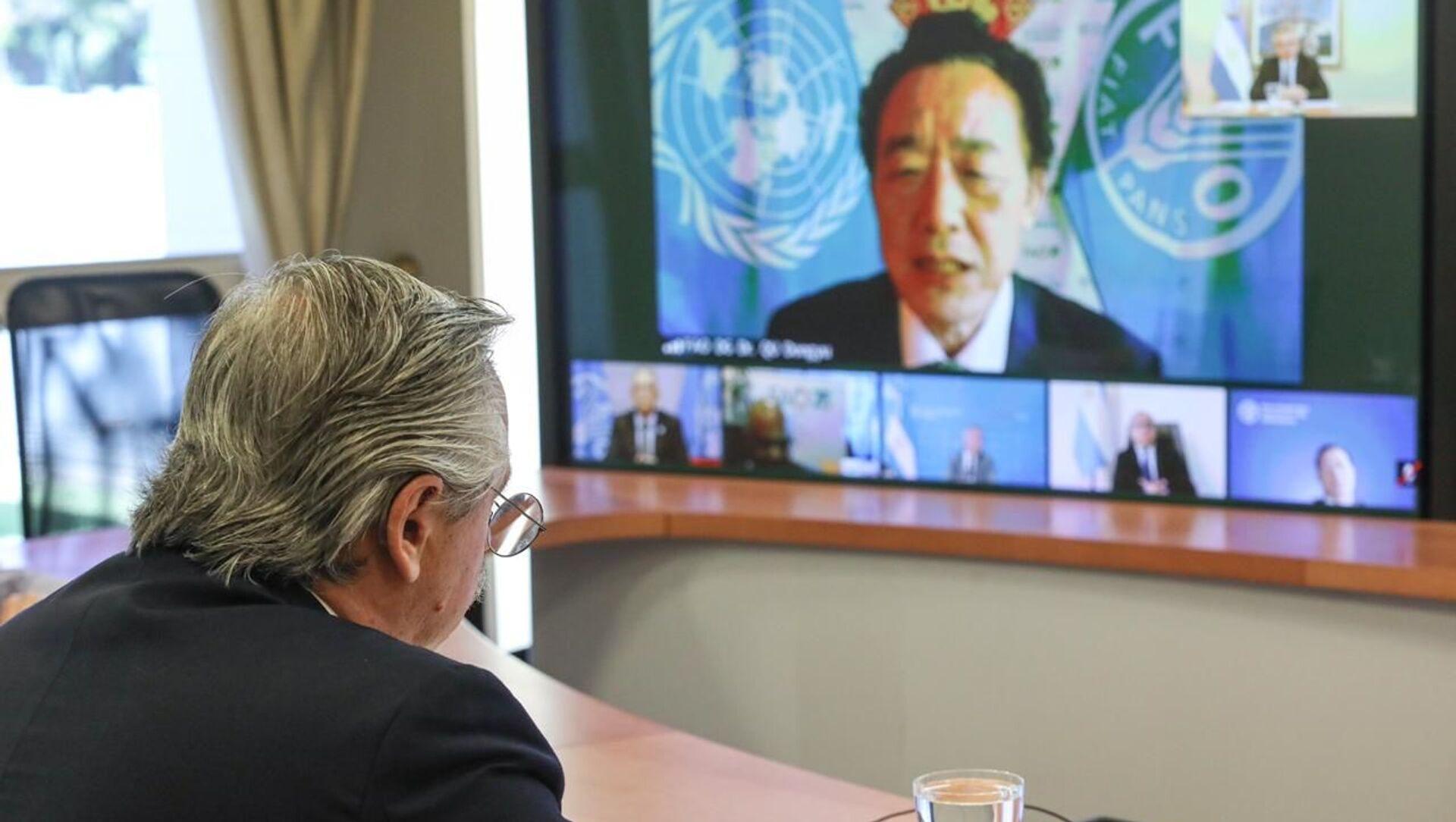 El presidente argentino, Alberto Fernández, en reunión virtual con el director general de la FAO, Qu Dongyu - Sputnik Mundo, 1920, 27.11.2020