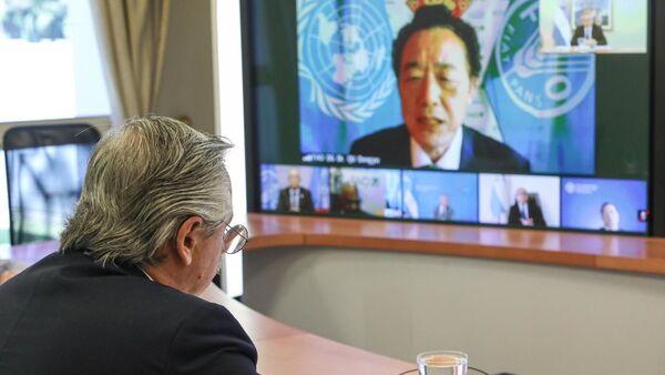 El presidente argentino, Alberto Fernández, en reunión virtual con el director general de la FAO, Qu Dongyu - Sputnik Mundo