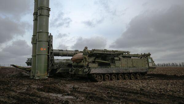Un sistema de defensa aérea ruso S-300V4 - Sputnik Mundo