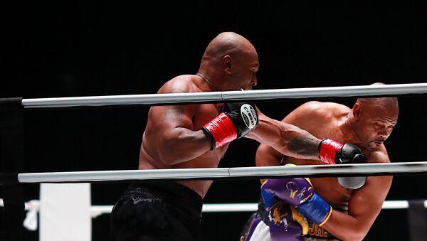 Mike Tyson y Roy Jones Jr. durante una pelea en Los Ángeles, EEUU - Sputnik Mundo