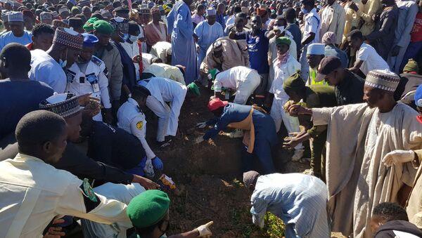 Funerales de los civiles muertos como resultado de un ataque armado en Nigeria - Sputnik Mundo