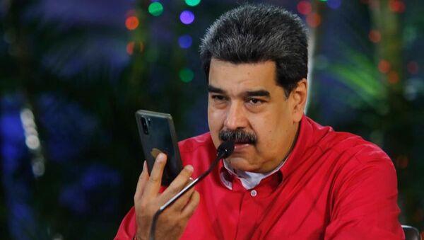 Nicolás Maduro, presidente de Venezuela, sostiene un teléfono - Sputnik Mundo