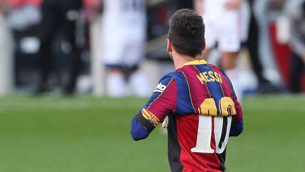 Leo Messi con la camiseta del Newell's Old Boys que lució Maradona - Sputnik Mundo