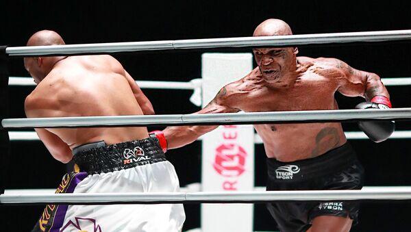 La pelea entre los boxeadores estadounidenses Mike Tyson y Roy Jones Jr - Sputnik Mundo