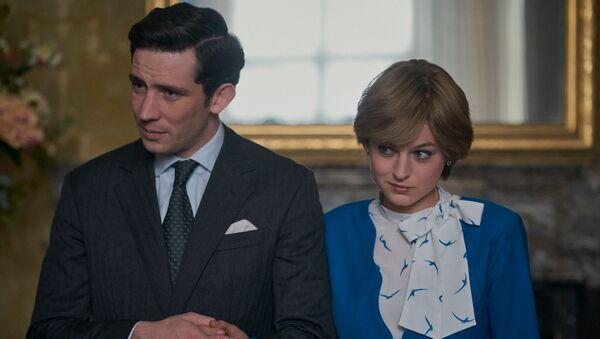 Los actores Josh O'Connor y Emma Corrin en los papeles de príncipe Carlos y princesa Diana en la serie de Netflix The Crown - Sputnik Mundo