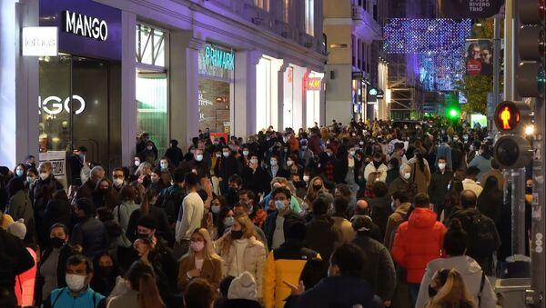 Calles llenas de gente Madrid en plena pandemia - Sputnik Mundo