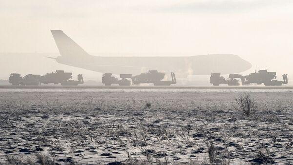 Remolcadores militares en el aeropuerto de Novosibirsk - Sputnik Mundo