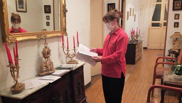 Julia Lucas, vecina del Palacio de la Infanta Carlota, en el centro de Madrid, mirando unos documentos sobre el desalojo - Sputnik Mundo