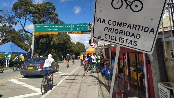 A las afueras de Bogotá, en la vía a La Calera, cada fin de semana se calcula que  al menos 1.000 personas practican el ciclismo - Sputnik Mundo