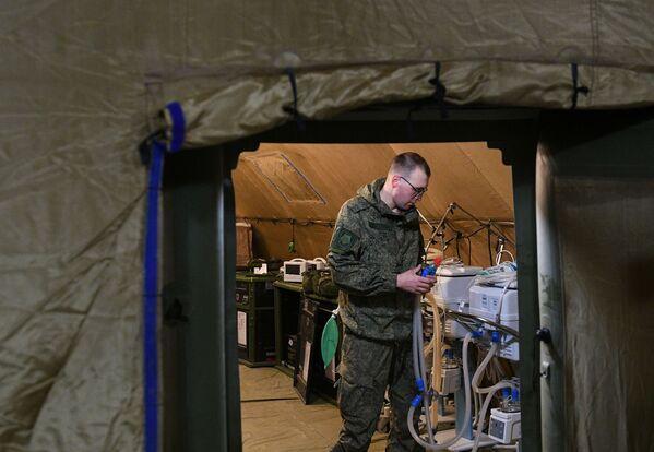 Las primeras unidades de la Unidad Médica de Propósitos Especiales del Distrito Militar Oriental llegaron a la capital de Nagorno Karabaj el 29 de noviembre. En la foto: un soldado ruso ensambla equipo en el hospital de campaña móvil cerca de Stepanakert.  - Sputnik Mundo