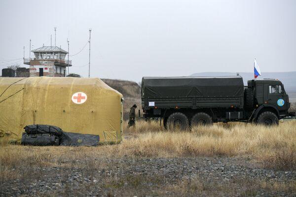 Los módulos del hospital militar se instalaron en el aeropuerto de Stepanakert. En la foto: militares rusos descargan equipo médico en el hospital de campaña móvil cerca de Stepanakert.  - Sputnik Mundo