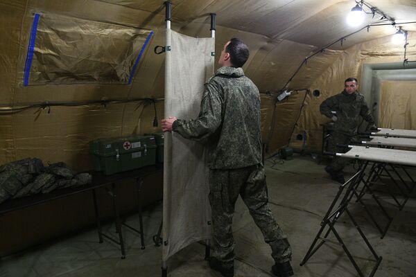 Según el jefe de la unidad médica rusa, el hospital podrá alojar hasta 40 pacientes a la vez. En la foto: militares rusos en el hospital de campaña móvil cerca de Stepanakert. - Sputnik Mundo