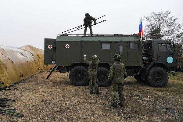 Más de 60 médicos militares de Rusia ya llegaron a Nagorno Karabaj. En la foto: militares rusos descargan equipo en el hospital de campaña móvil cerca de Stepanakert.  - Sputnik Mundo