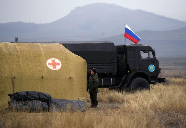 Los médicos rusos fueron a Stepanakert acompañados por fuerzas de paz y policía militar. En la foto: una militar rusa en el hospital de campaña móvil cerca de Stepanakert. - Sputnik Mundo