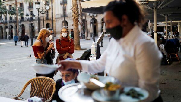 La gente en mascarillas en las calles de Barcelona - Sputnik Mundo