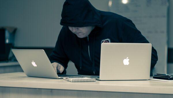 Un hombre usa dos computadoras al mismo tiempo - Sputnik Mundo