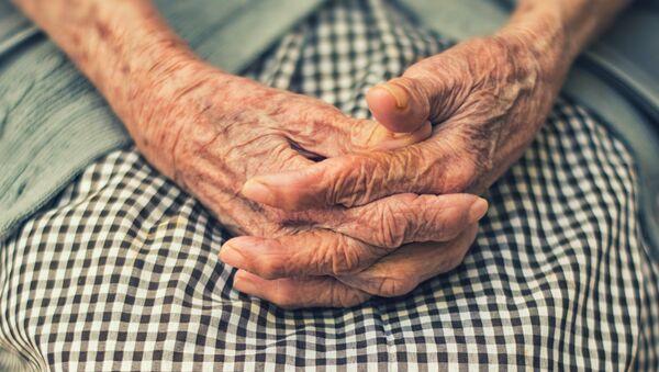 Las manos de una señora mayor - Sputnik Mundo