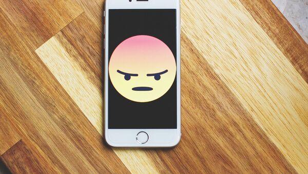 Un teléfono enfadado (imagen referencial) - Sputnik Mundo