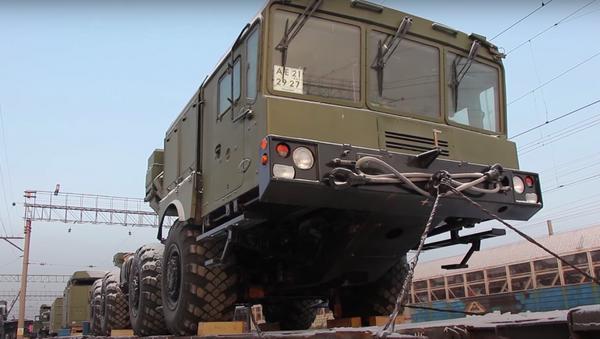 Los componentes del sistema de defensa aérea S-400 viajan en tren - Sputnik Mundo