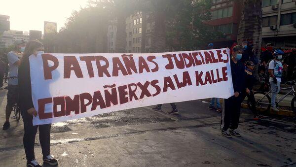 Manifestantes con lienzo por los presos políticos del estallido - Sputnik Mundo