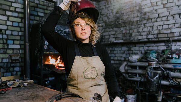 Dueña del fuego y el metal: esta mujer crea sus obras en la fragua    - Sputnik Mundo