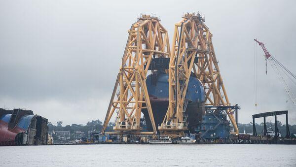 La primera sección del carguero MV Golden Ray cargada sobre una barcaza - Sputnik Mundo