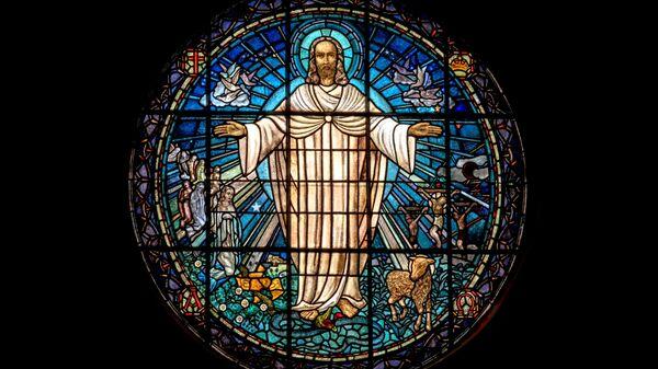 La representación de Jesús en un vitral de una iglesia - Sputnik Mundo