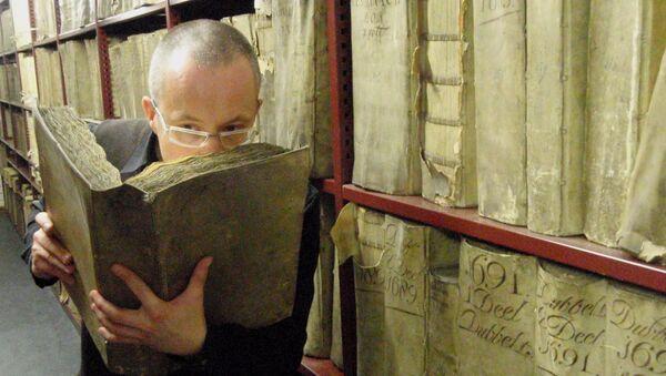 Profesor Matija Strlic oliendo un libro antiguo en el Archivo Nacional de Países Bajos - Sputnik Mundo